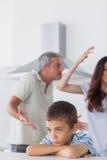 Par som har tvist framme av deras upprivna son fotografering för bildbyråer