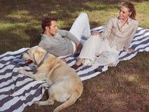 Par som har, vilar med hunden Royaltyfria Foton