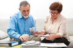 Par som hem beräknar finanser Arkivbild