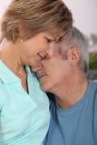Par som hemma kramar Fotografering för Bildbyråer