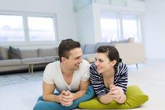 Par som hemma ligger på golvet royaltyfri foto