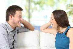 Par som hemma ser sig royaltyfri bild