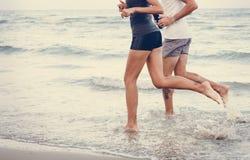 Par som joggar på stranden royaltyfria foton