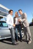 Par som köper den nya bilen Fotografering för Bildbyråer