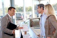 Par som köper den nya bilen Arkivbilder