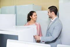 Par som köper det inhemska kylskåpet Arkivbild