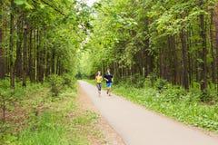 par som kör utomhus Kvinna- och manlöpare som tillsammans joggar utvändig oavkortad kropplängd Arkivfoton