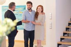 Par som konsulterar med fastighetsmäklaren fotografering för bildbyråer