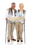 Par som kontrollerar riktningsöversikten Arkivbild