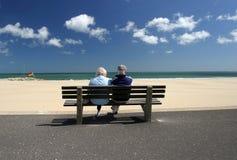 par som kopplar av den pensionerade pensionären Arkivbild