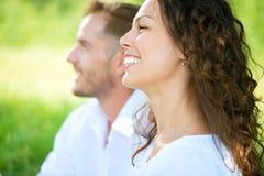 Par som kopplar av i en parkera. Picknick Royaltyfria Foton