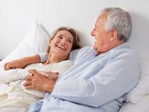 Par som kopplar av i säng Royaltyfria Bilder