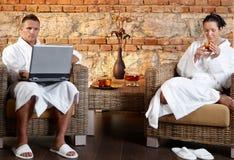 Par som kopplar av i wellness Fotografering för Bildbyråer