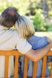 Par som kopplar av på bänk parkerar in Royaltyfria Foton