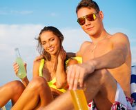 Par som kopplar av på en strand Fotografering för Bildbyråer
