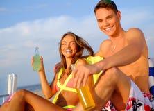 Par som kopplar av på en strand Royaltyfri Fotografi
