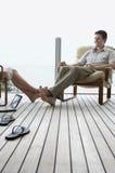 Par som kopplar av på farstubron Fotografering för Bildbyråer