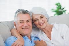 Par som kopplar av på soffan Royaltyfria Foton