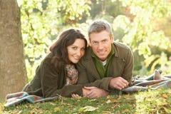 par som kopplar av utomhus romantiker Fotografering för Bildbyråer