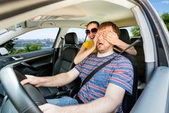 Par som kör i bilen Arkivfoton