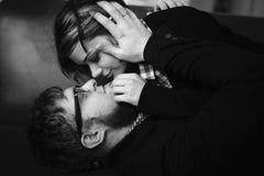 par som kramar att älska Arkivfoton