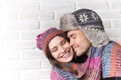 par som kramar att älska slitage vit vinter för härlig stående för begreppsklänningflicka Arkivbilder