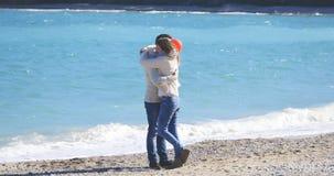 par som kramar barn Arkivfoton