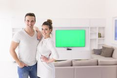 Par som kramar i deras nya hem arkivfoto