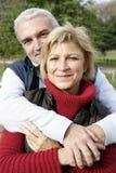 Par som kramar i park Arkivfoto
