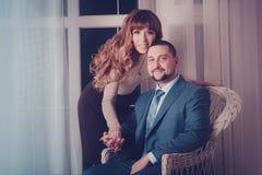 Par som kramar nära fönster Fotografering för Bildbyråer