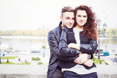 Par som kramar och ler på ett datum på parkera Arkivfoto