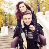 Par som kramar och ler på ett datum på parkera Royaltyfri Foto