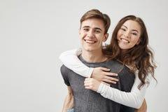 Par som kramar och skrattar nära väggen Inget som tros i deras förhållande Se vem var fel lycklig årsdag arkivfoton