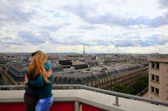 Par som kramar på bakgrund Paris Arkivfoto