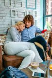 Par som kramar på en soffa royaltyfria bilder