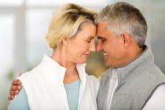 Par som kramar stängda ögon Royaltyfri Fotografi