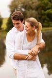 Par som kramar vid floden Royaltyfri Fotografi