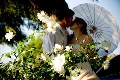 par som kysser bara att gifta sig plattform vitt Royaltyfri Bild