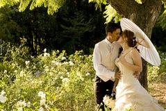 par som kysser bara att gifta sig standing Arkivfoton