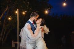 Par som kysser i aftongataljus royaltyfria foton