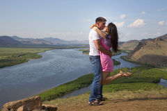 Par som kysser i berg Royaltyfri Bild