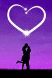 Par som kysser med hjärta Arkivbild