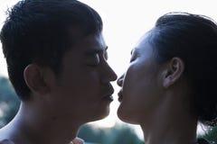 Par som kysser nästan, nära övre Arkivfoto