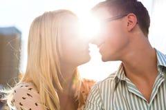 Par som kysser på solnedgången Royaltyfri Fotografi