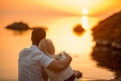 Par som kysser på stranden Arkivbilder