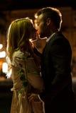 Par som kysser på ett datum Arkivbilder