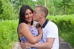 par som kysser parbarn Royaltyfria Bilder