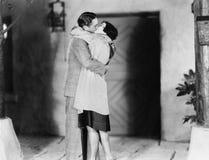 Par som kysser sig (alla visade personer inte är längre uppehälle, och inget gods finns Leverantörgarantier att det skallr b fotografering för bildbyråer