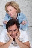 Par som läggas på en säng Royaltyfria Foton