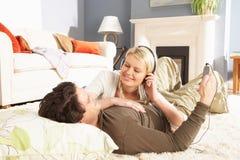 par som lägger den lyssnande filten för spelare mp3 till Royaltyfria Bilder